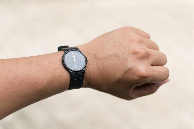 ruka s hodinkami