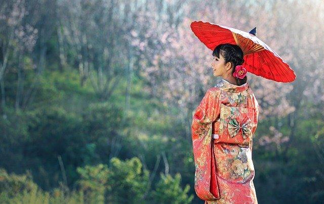 gejša se slunečníkem