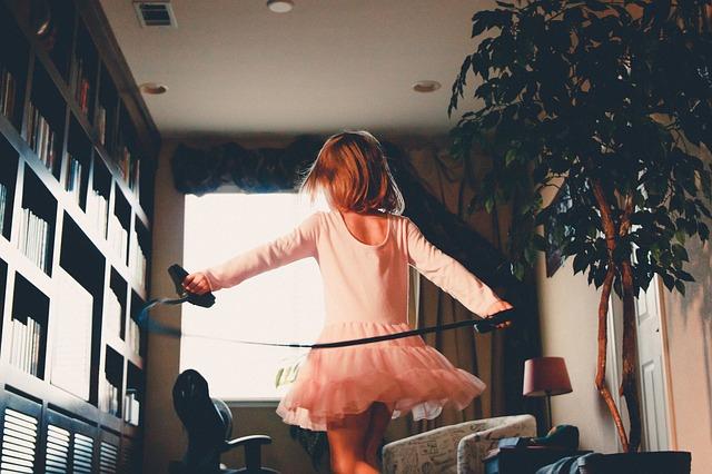 holčička v růžových šatičkách